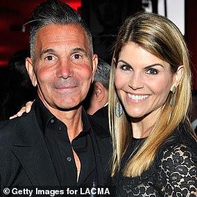 検察官によると、Lori Loughlin氏とMossimo Giannulli氏は、2人の娘をUSCに招待するために50万ドルを費やしました。