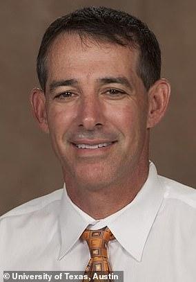 マイケルセンター、テキサス大学の男子サッカーコーチ