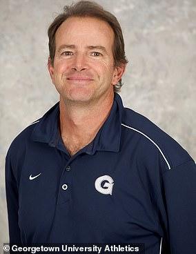 Gordie Ernstは、ミシェルオバマ氏がファーストレディだったときのプライベートテニスコーチでした。 彼は現在、ロードアイランド大学の女子テニスのヘッドです。