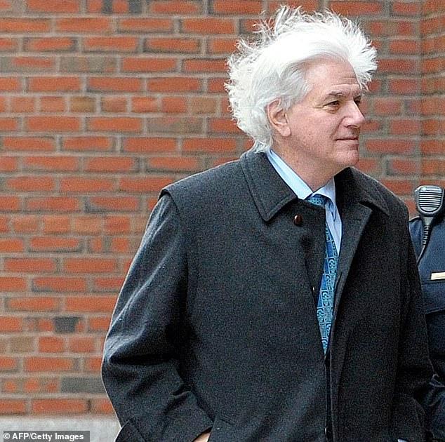 ニューヨークの飲食店のグレゴリー・アボット氏は、金曜日に大学の贈収賄計画に初めて登場したため、連邦裁判所に到着した様子を示している。 この場合、彼は親です