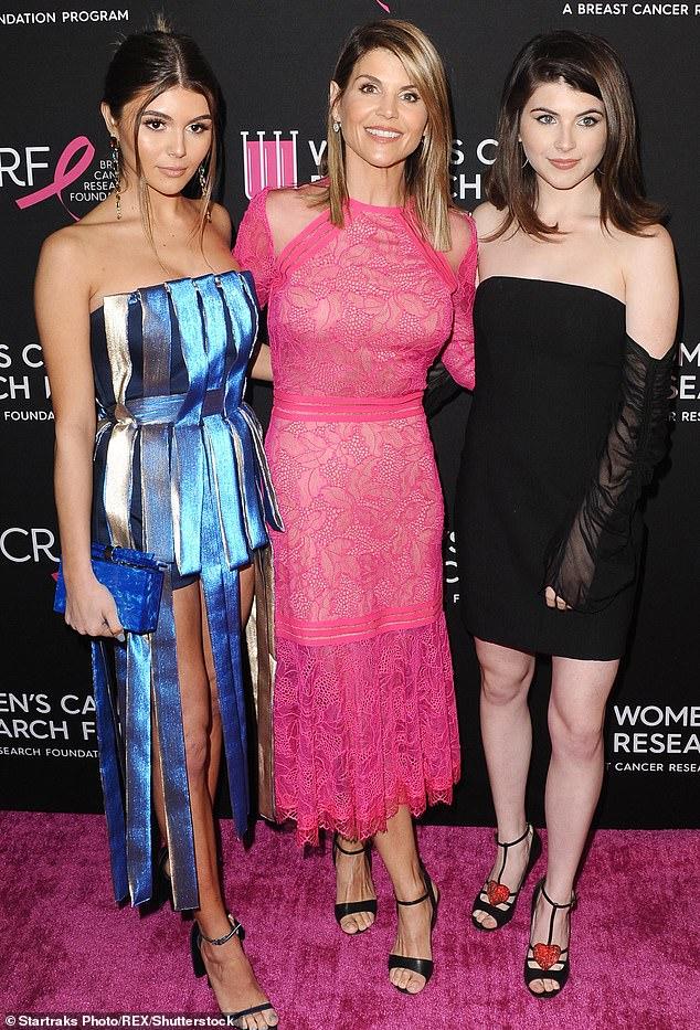 Loughlinと彼女のファッションデザイナーの夫は、彼らの娘のOlivia Jade(左)とIsabella(右)をUSCに入れるために50万ドルを支払ったとされています。