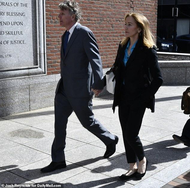 Felicity Huffmanは水曜日に兄と一緒に彼女の裁判所の外観に到着し、USCに彼女の最も古い娘ソフィアを入れるために15,000ドルの賄賂を支払ったと非難されました