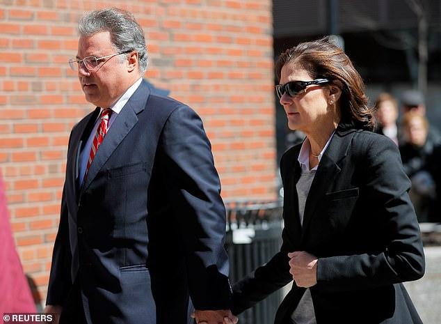 マヌエル氏とエリザベス・アンリケス氏は、娘がノースウェスタン大学に入学するための代金を払って全国的な大学入試の不正行為スキームで起訴され、水曜日にボストンで連邦裁判所に入る