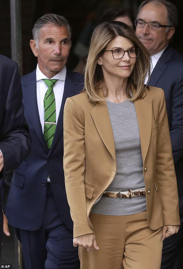 Lori Loughlinは水曜日に裁判所を去り、その後夫のMossimo Giannulliがアメリカ史上最大の大学贈収賄制度で振り込め詐欺で起訴されました。