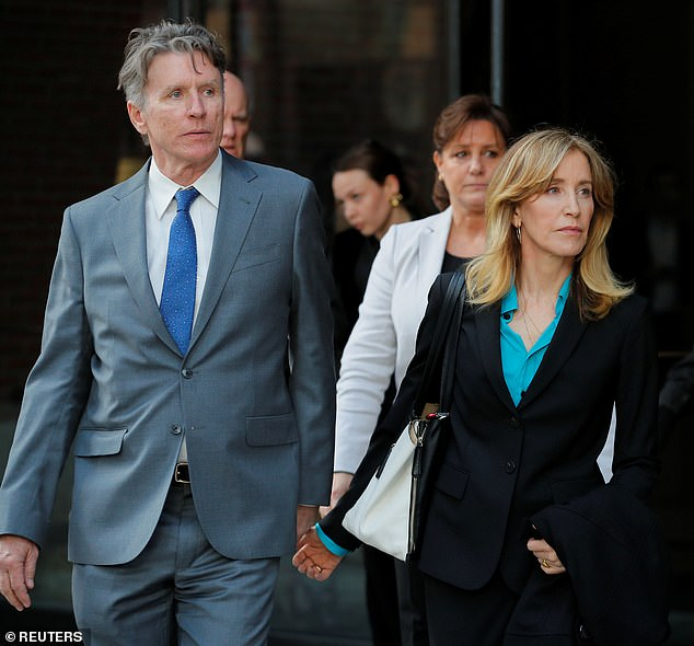 Felicity Huffmanは、水曜日に兄のMoore Huffman Jrと手を携えてボストンの連邦裁判所を去った。夫のWilliam H Macyは出席せず、告訴もされていない。