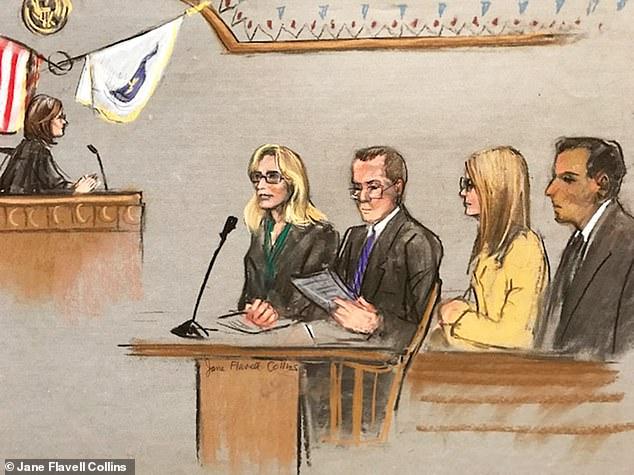 裁判所のスケッチは、Felicity HuffmanとLori Loughlinが、彼らが電信詐欺と電信詐欺を犯すための陰謀の容疑を読んだ裁判官に直面していることを示しています。