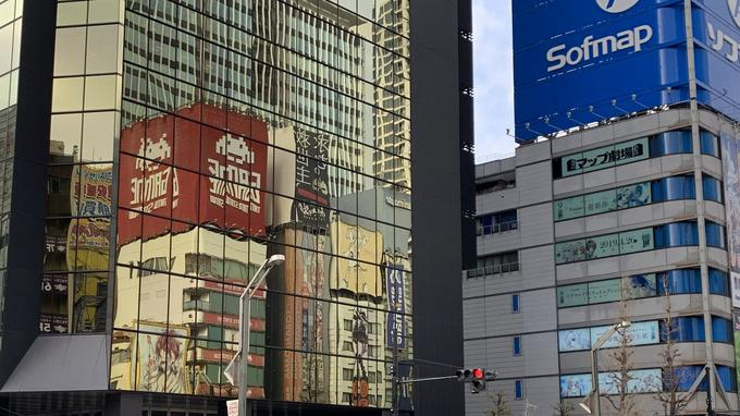 バックグラウンドで台東駅の看板の反射と秋葉原のソフマップの眺め。 日本の「geekitude」の震源地